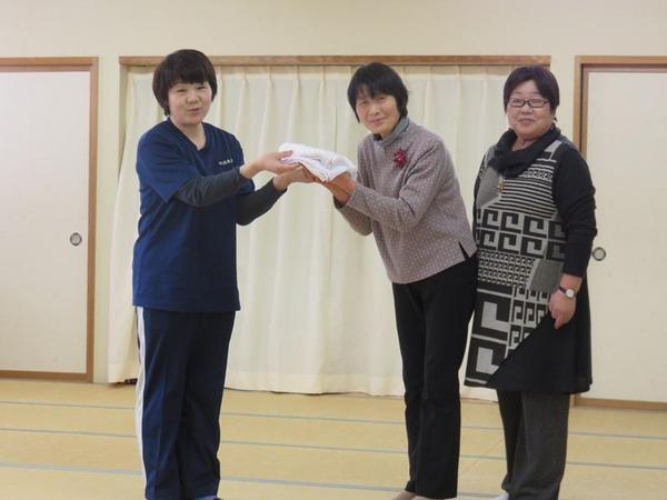 雑巾を手渡す石川前女性部長(左)と若林部長(右)